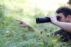 Prismáticos de la explotación agrícola del vigilante de pájaro joven Imagen de archivo libre de regalías
