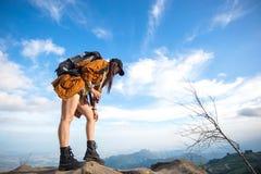 Prismáticos de la mirada de la mujer del caminante en la montaña Imagen de archivo libre de regalías