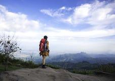 Prismáticos de la mirada de la mujer del caminante en la montaña, Fotos de archivo
