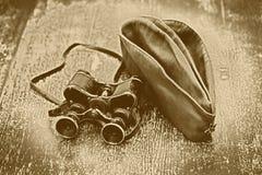 Prismáticos del vintage y casquillo de campo militares Banquete del 9 de mayo Victory Day Imágenes de archivo libres de regalías