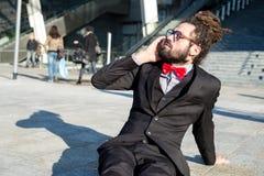 Prismáticos elegantes elegantes del hombre de negocios de los dreadlocks Imagenes de archivo