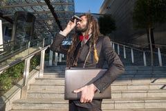 Prismáticos elegantes elegantes del hombre de negocios de los dreadlocks Fotos de archivo libres de regalías