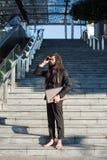 Prismáticos elegantes elegantes del hombre de negocios de los dreadlocks Foto de archivo libre de regalías