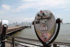 Prismáticos, horizonte de New York City Imagenes de archivo