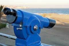 Prismáticos - telescopio - en la playa - lateralmente de la derecha Foto de archivo