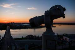 Prismáticos turísticos por la tarde Vista de la ciudad de igualación de una gran altura fotos de archivo