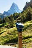 Prismáticos y montaña inmóviles de Cervino en Zermatt Imagen de archivo libre de regalías
