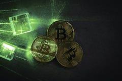 prismas e bitcoins com fulgor verde do laser fotografia de stock