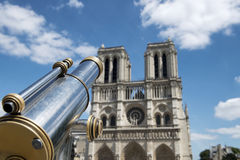 Prismáticos turísticos en Notre Dame de Paris Imágenes de archivo libres de regalías