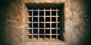Prison, fenêtre de prison avec les barres rouillées sur le vieux fond de mur illustration 3D Photos libres de droits