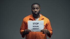 Prisonnier d'afro-américain regardant la lumière se tournant vers un dieu, pécheur condamné banque de vidéos