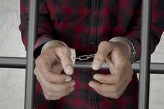 Prisonnier inconnu avec des menottes en prison photo stock