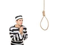 Prisonnier triste en priant le geste avec un noeud coulant Image libre de droits