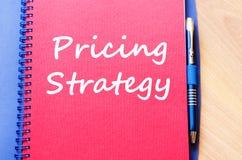 Prissättningstrategi skriver på anteckningsboken arkivbild