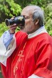 Prist het drinken wijn van heilige miskelk Royalty-vrije Stock Afbeeldingen