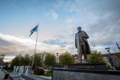 PRISTINA, KOSOVO - 11. NOVEMBER 2016: Statue weihte Ibrahim Rugova, erster Präsident der Republik von Kosovo ein lizenzfreie stockbilder