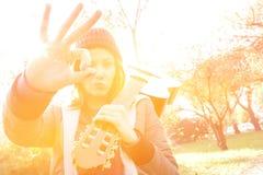 Pritty dziewczyna z gitarą robi ok gestowi Obraz Royalty Free