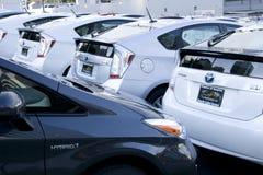 Prius novo de toyota no concessionário automóvel foto de stock