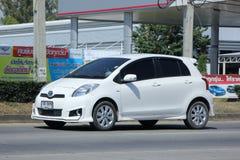 Privé auto Toyota Yaris Stock Afbeeldingen
