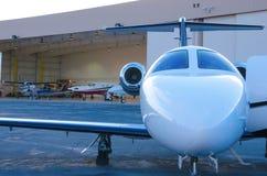 Privé bedrijfstraal buiten hangerw vliegtuigen Stock Foto's