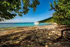 Privé boot bij ontsnapping van de kust de carribean vakantie stock afbeelding