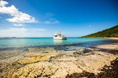 Privé boot bij ontsnapping van de kust de carribean vakantie royalty-vrije stock foto