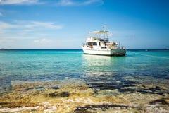 Privé boot bij ontsnapping van de kust de carribean vakantie royalty-vrije stock foto's