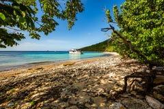 Privé boot bij ontsnapping van de kust de carribean vakantie royalty-vrije stock fotografie