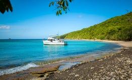 Privé boot bij ontsnapping van de kust de carribean vakantie royalty-vrije stock afbeeldingen