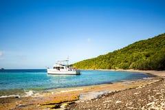 Privé boot bij ontsnapping van de kust de carribean vakantie stock foto