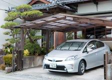 Privé die Toyota Prius dichtbij het huis wordt geparkeerd Royalty-vrije Stock Fotografie