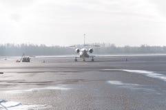 Privé die vliegtuig op tarmac wordt geparkeerd stock foto