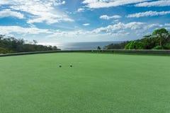 Privé golfcursus met oceaanmening en mooie hemel stock afbeelding