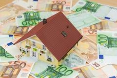Privé huis op papiergeld Stock Foto's