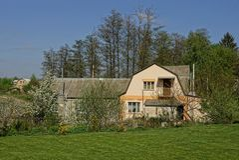 Privé huizen achter een groen gazon in de tuin Stock Afbeeldingen