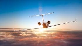 Privé jet die boven wolken vliegen stock foto's
