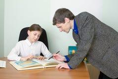 Privé-leraar en schoolmeisje met atlas Royalty-vrije Stock Fotografie