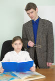 Privé-leraar en schoolmeisje met boek en atlas Royalty-vrije Stock Foto's