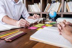 Privé-leraarboeken met vrienden, Jonge studentencampus of klasgenoten hij royalty-vrije stock fotografie