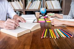 Privé-leraarboeken met vrienden, Jonge studentencampus of klasgenoten hij royalty-vrije stock afbeelding
