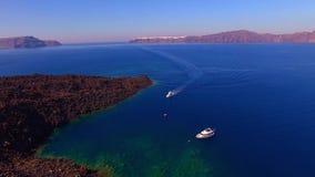 Privé luxejacht op overzees Santorini stock videobeelden