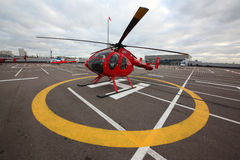 Privé M.D. 520 helikopter op een dak van het Krokushandelscentrum stock afbeeldingen