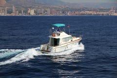Privé mooi jacht die snel dicht bij de kust van Alicante in Spanje varen Royalty-vrije Stock Foto