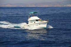 Privé mooi jacht die snel dicht bij de kust van Alicante in Spanje varen Royalty-vrije Stock Foto's