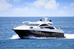 Privé mooi jacht die snel dicht bij de kust van Alicante in Spanje varen Stock Foto