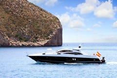 Privé mooi jacht die snel dicht bij de kust van Alicante in Spanje varen Stock Fotografie