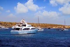 Privé motorjacht die aan ankerplaats in Tabarca-eiland naderbij komen Stock Foto's