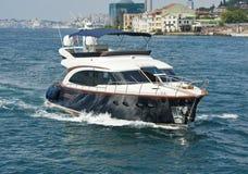 Privé motorjacht die op rivier varen Stock Afbeeldingen