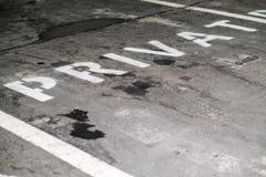 Privé parkeerterrein voor gereserveerd en lege auto's, stock afbeeldingen