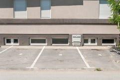 Privé parkeerterreinruimte voor auto's met reserveaantallen voor de woningbouw in de stad royalty-vrije stock afbeeldingen